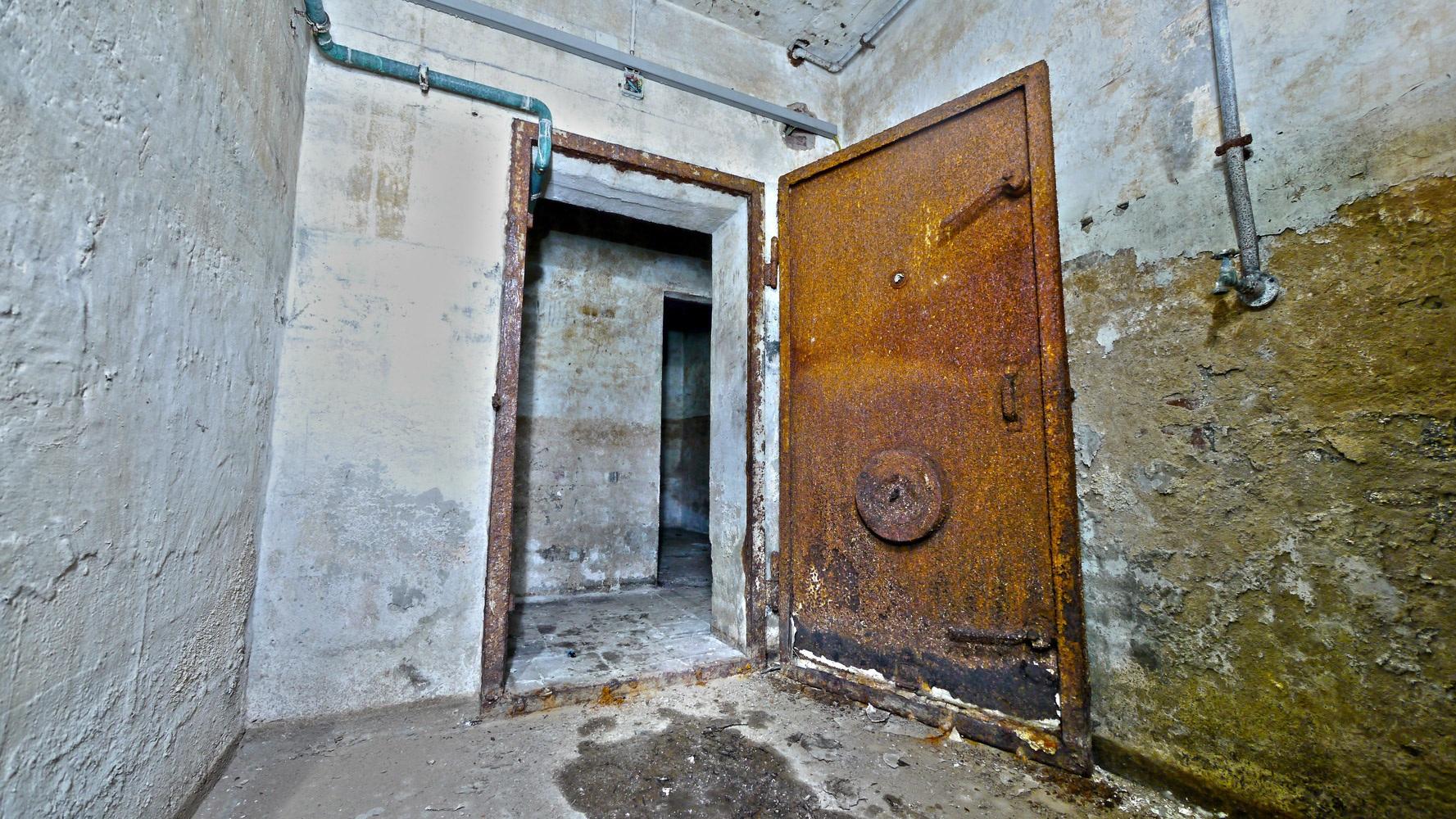 Zugang Nummer 1 - Bunkertür