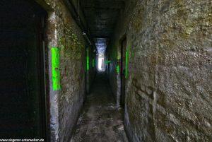 Im Bunker gibt es 4 Flure, die im Rechteck angeordnet sind. Man kann somit im Kreis laufen. Links und rechts sind immer wieder kleine Räume.