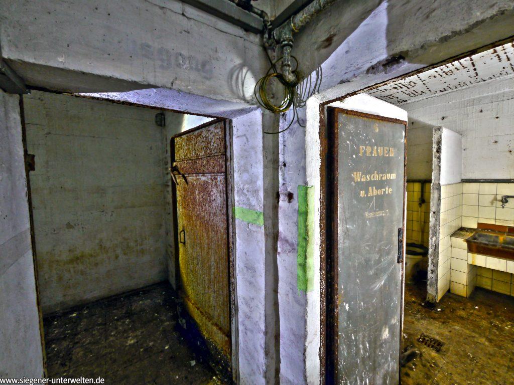 Links die Türe führt zur Hauptschleuse des zweiten Zugangs, rechts geht man in die WC-Anlage für Frauen