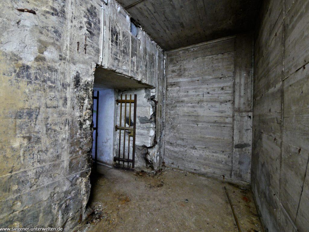 Der ursprüngliche Zugang führte aus der Schleuse nach links weg. Dieser wurde abgerissen und ein neuer Zugang gebaut.