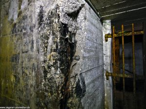 An dieser Stelle wurde die alte Bunkerhülle aufgerissen und die Abdichtung gegen das Grundwasser liegt frei.