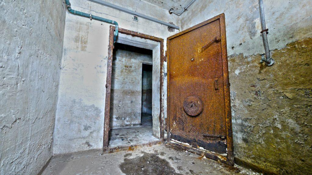 Hauptschleuse und Bunkertür. Hier wurde kontaminierte Kleidung abgelegt und der Luftdruck ausgeglichen