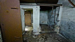 In diesem Raum stand das Notstromaggregat. Hinten rechts etwas erhöht war der Wassertank für die Heizung. Links gehts in den Heizungsraum