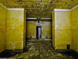 Der Aufenthaltraum war für 56 Plätze konzipiert und ist der größte Raum im Bunker. Er befindet sich genau in der Mitte der Bunkeranlage.