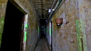 Einer von 4 langen Fluren. Rechts an der Wand ein Druckausgleichsgerät Gerade aus stößt man auf das Männer-WC