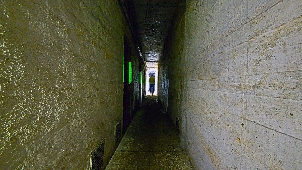 Der längste Flur im Bunker. Auf der rechten Seite an den Enden die WC-Anlagen. Dazwischen 10 Aufenthalträume.