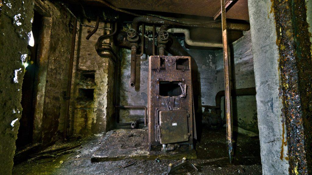 Ein Heizungskessel ist noch vorhanden. Ursprünglich stand links ein weiter Heizungskessel